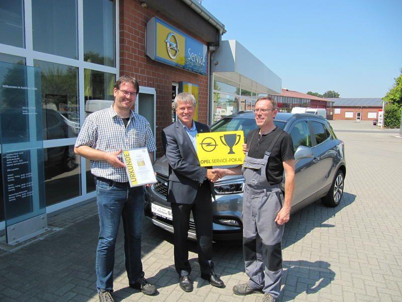 Opel Autohaus Göcke für besondere Werkstattleistung mit dem OPEL Service Pokal ausgezeichnet